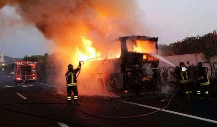 VIDEO: Autobus sa đacima udario u stub, 16 mrtvih
