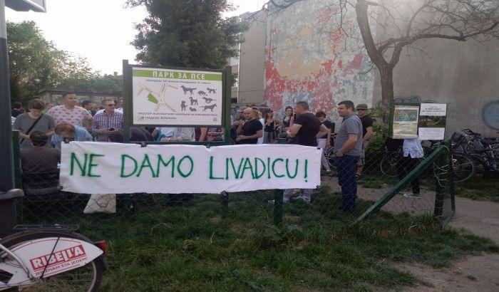 FOTO: Nekoliko desetina građana na skupu protiv uništavanja livadice