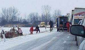 Dečaci i otac povređeni u udesu kod Rumenke van životne opasnosti