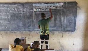 FOTO: Nastavnik u Gani predaje informatiku bez kompjutera, crta na tabli