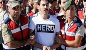 Turska hapsi ljude koji nose majicu sa natpisom Heroj