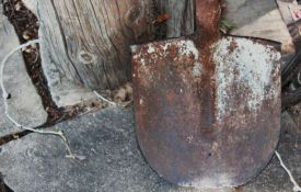 Maloletnik opljačkao meštanina Sremskih Karlovaca i povredio ga ašovom