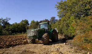 Stradao na traktoru skupljajući seno