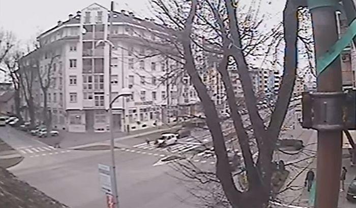 VIDEO: Udario dve devojčice na pešačkom prelazu