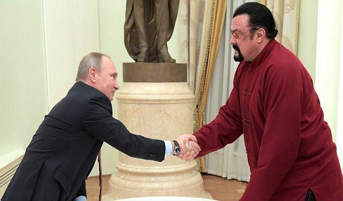 Putin uručio Stivenu Sigalu ruski pasoš