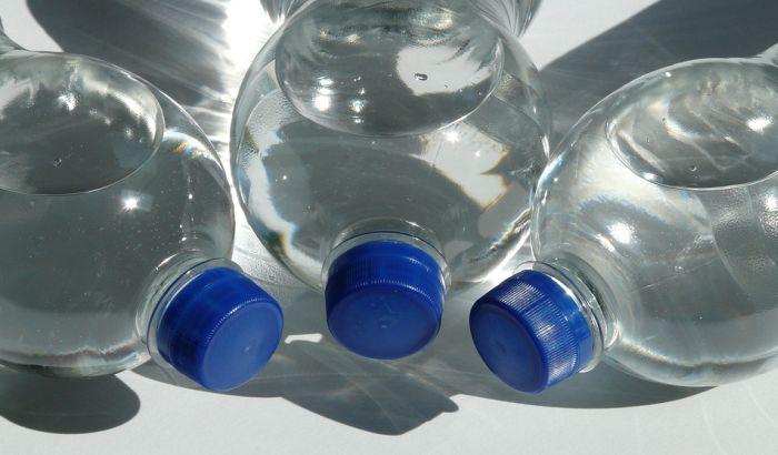 Flaširana voda prodavanija od gaziranih sokova