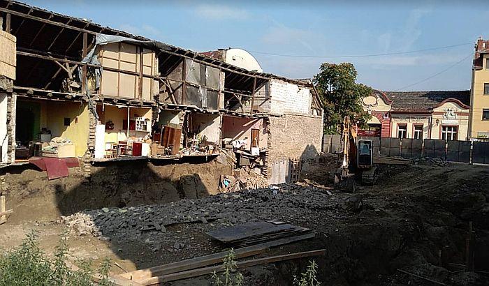 FOTO: Investitor kopao temelj za višespratnicu u Dositejevoj, susednoj kući se urušio zid