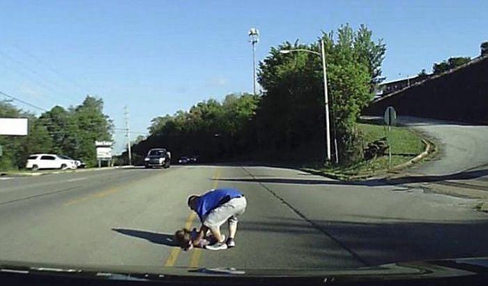 VIDEO: Četvorogodišnja devojčica ispala iz kombija u pokretu