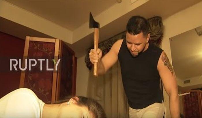 VIDEO: Klijente šiša sekirom