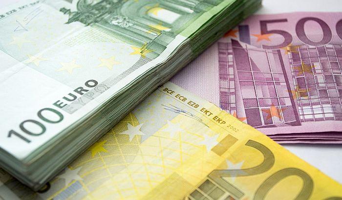 Apatin: Konobarica pronašla torbicu sa 30.000 evra i vratila je vlasniku