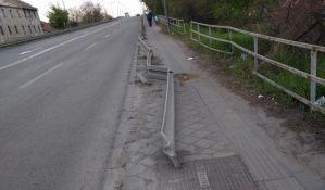 FOTO: Ograda na Temerinskom mostu mesecima odvaljena, popravka čeka tender