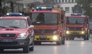 Pojedini Novosađani gase požar bacanjem aparata u vatru