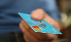 Novosađanki obili auto i uzeli novac sa kartice