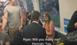 VIDEO: Zaprosio svoju devojku u krcatom vozu