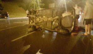FOTO: Mladić teže povređen u prevrtanju automobila na Mišeluku