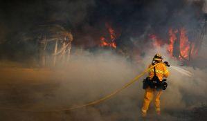 Požar u Kaliforniji ne jenjava, poginuo vatrogasac
