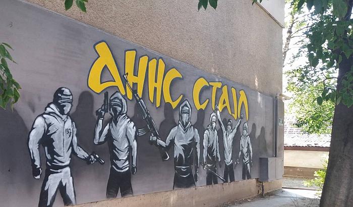 FOTO: Niko ne sme da ukloni mural sa naoružanim kriminalcima na Adamovićevom naselju