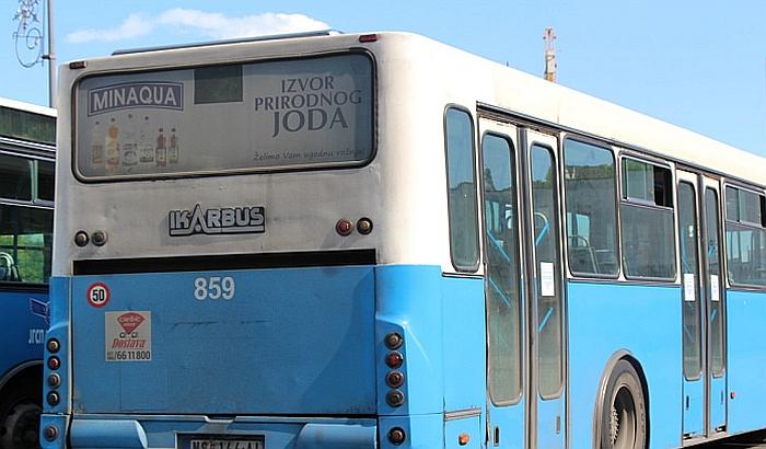 Osmoro povređeno u sudaru autobusa GSP i automobila u Kaću