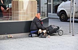 Putuje po zemlji i ujedinjuje beskućnike s njihovim porodicama