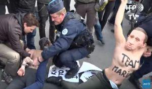 VIDEO: Polugole aktivistkinje napravile haos pre glasanja Marin Le Pen
