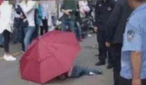 VIDEO: Dečak skočio sa desetog sprata koristeći kišobran kao