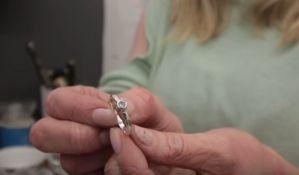 VIDEO: Sam devojci napravio verenički prsten
