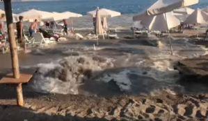 VIDEO: Budva bez vode, pukla cev na plaži u Bečićima