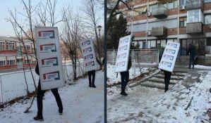 FOTO: Aktivisti čistili sneg sa stranačkom tablom na leđima; Vučić: Ne vidim ništa loše