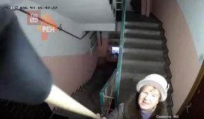 VIDEO: Pokušavali da unište nadzornu kameru u zgradi