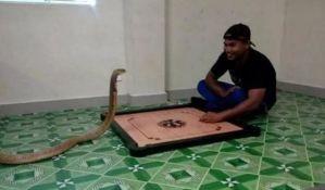 FOTO: Oženio kobru jer liči na njegovu preminulu devojku