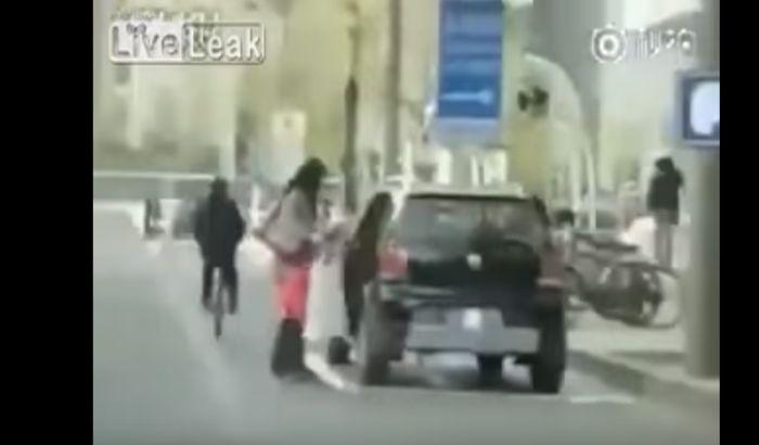 VIDEO: Žena se parkirala gde je htela, pa docrtala parking mesto