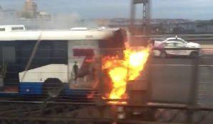 VIDEO: Vratio se u zapaljen autobus da očita kartu