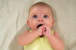 Simptomi koji najavljuju bebine prve zubiće
