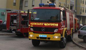 Vatrogasci spasili dvoje dece iz stana u plamenu na Sajmištu