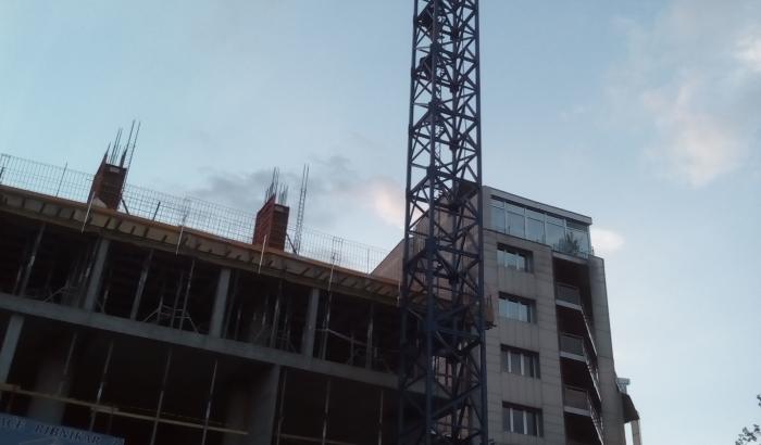 FOTO: Dečaci pravili selfi na vrhu dizalice za gradnju solitera u Novom Sadu