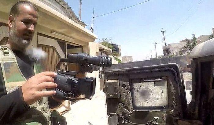 VIDEO: Kamera zaustavila metak i novinaru spasila život