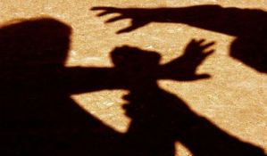Maloletnik vršnjaku stavio nož pod grlo u školskom dvorištu