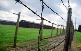Tinejdžer skinuo pantalone u bivšem nacističkom logoru