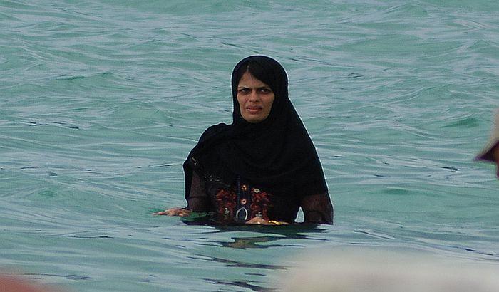 Policija naterala muslimanku na plaži da skine burkini
