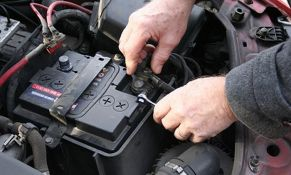 Novosađanin uhvaćen dok je krao akumulator iz automobila