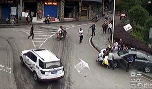 VIDEO: Podigli automobil i spasili zgaženog dečaka