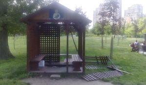FOTO: Oštećena kućica za dojilje u Limanskom parku