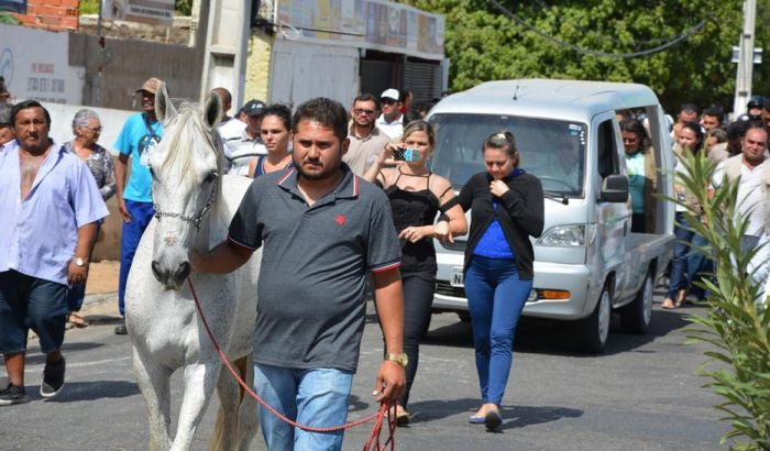 FOTO: Konj naslonio glavu na sanduk svog preminulog vlasnika