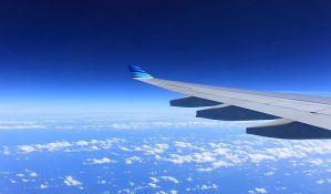 Putnik protestovao na krilu aviona zbog kašnjenja leta