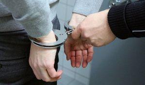 Uhapšen zbog razbijanja stakla na automobilu i krađe torbice s novcem