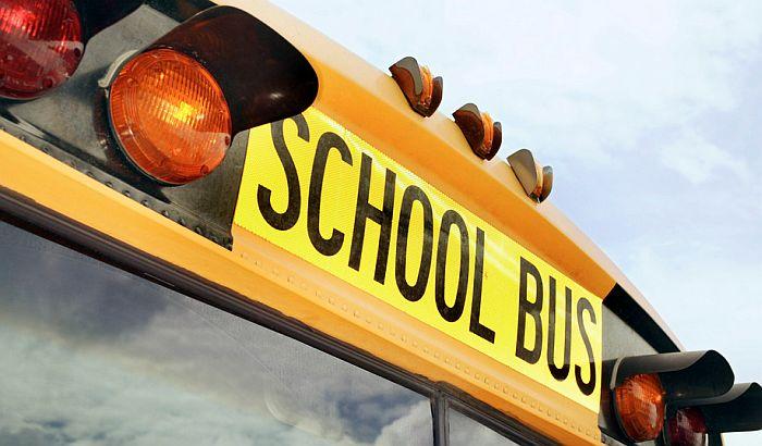 Kabel pao na školski autobus, poginula dva učenika