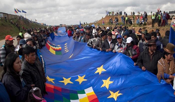 Na autoputu postavljena zastava bolivijske mornarice, najduža na svetu