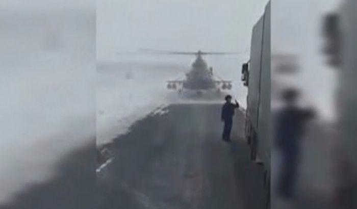 VIDEO: Helikopter sleteo nasred ulice da bi pilot pitao za put