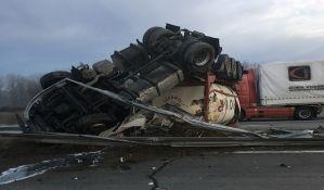 FOTO, VIDEO: Prevrnula se cisterna na autoputu, vozač čudom skoro nepovređen