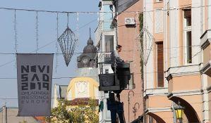 FOTO, VIDEO: Počelo kačenje novogodišnje rasvete u Novom Sadu